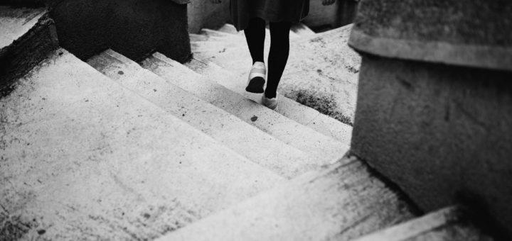 Eine Frau läuft eine Treppe hinab