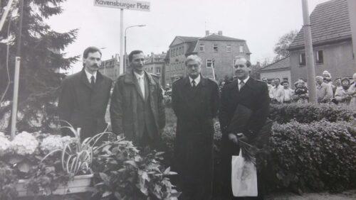 Vier Männer bei der feierlichen Ubennenung des Platzes der Pioniere