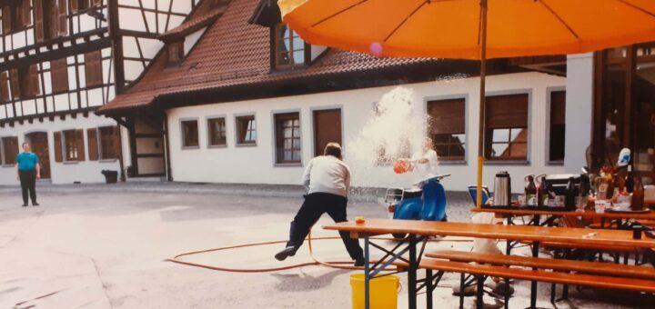 Feuerwehrmänner üben mit Wasserschlauch
