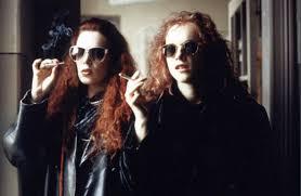 Die Hauptdarstellerinnen rauchend mit Sonnenbrille.