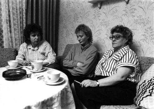 Die drei Protagonistinnen sitzen auf einem Sofa